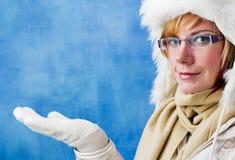 Mujer bonita en la ropa del invierno Fotografía de archivo
