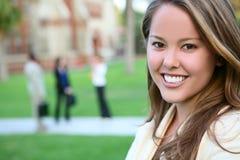 Mujer bonita en la universidad Fotografía de archivo libre de regalías