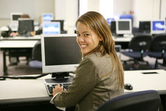 Mujer bonita en laboratorio del ordenador Fotografía de archivo