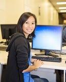 Mujer bonita en laboratorio del ordenador Fotos de archivo