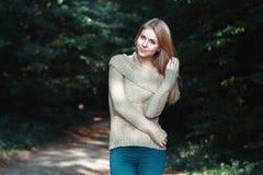 Mujer bonita en las maderas Fotos de archivo