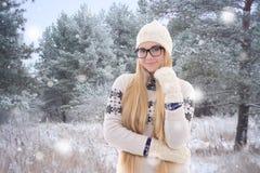 Mujer bonita en ropa caliente que camina en parque del invierno Fotografía de archivo libre de regalías