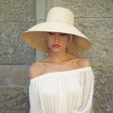 Mujer bonita en sombrero de paja Fotografía de archivo