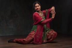 Mujer bonita en traje tradicional Imagenes de archivo
