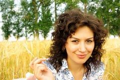 Mujer bonita en trigo de oro Fotografía de archivo libre de regalías