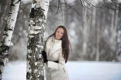 Mujer bonita en un parque fotografía de archivo libre de regalías