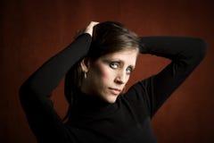 Mujer bonita en una alineada negra foto de archivo