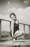 Mujer bonita en vestido negro corto en el puente Fotos de archivo libres de regalías