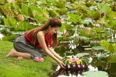 Mujer bonita en vigueta flotante de la flor. fotos de archivo