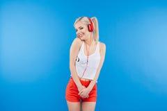 Mujer bonita feliz con las auriculares Imagen de archivo libre de regalías