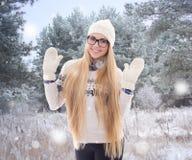 Mujer bonita feliz en ropa caliente que camina en parque del invierno Imágenes de archivo libres de regalías