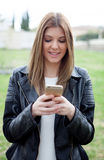Mujer bonita fresca con el móvil Fotografía de archivo libre de regalías