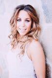 Mujer bonita fresca con una sonrisa hermosa Fotos de archivo