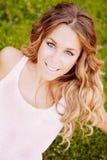 Mujer bonita fresca con una sonrisa hermosa en la hierba Fotografía de archivo