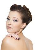 Mujer bonita hermosa con los clavos negros de la manicura Imagen de archivo