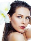Mujer bonita joven con cierre de la flor de Amarilis para arriba aislada en blanco imagenes de archivo