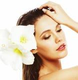 Mujer bonita joven con cierre de la flor de Amarilis para arriba aislada en blanco foto de archivo libre de regalías