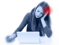 Mujer bonita joven con dolor de cabeza severo Imagen de archivo libre de regalías