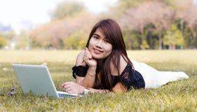 Mujer bonita joven con el ordenador portátil Foto de archivo libre de regalías