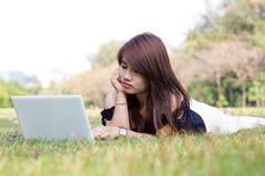 Mujer bonita joven con el ordenador portátil Imagen de archivo