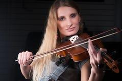 Mujer bonita joven con el violín Fotografía de archivo