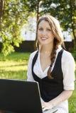 Mujer bonita joven con la computadora portátil Imagen de archivo libre de regalías