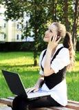 Mujer bonita joven con la computadora portátil Foto de archivo libre de regalías