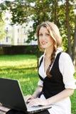 Mujer bonita joven con la computadora portátil Fotografía de archivo
