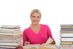 Mujer bonita joven con la lectura y el estudio de los libros Fotografía de archivo libre de regalías