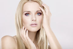 Mujer bonita joven con los pelos rubios hermosos Imagen de archivo