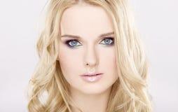 Mujer bonita joven con los pelos rubios hermosos Imagen de archivo libre de regalías