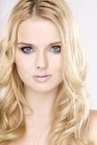Mujer bonita joven con los pelos rubios hermosos Fotografía de archivo libre de regalías