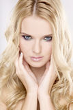 Mujer bonita joven con los pelos rubios hermosos Fotos de archivo