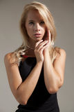 Mujer bonita joven con los pelos rubios hermosos Foto de archivo libre de regalías