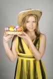 Mujer bonita joven de pascua con los huevos del colourfull Fotografía de archivo