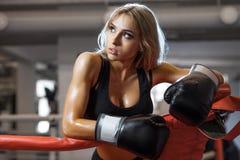 Mujer bonita joven del boxeador que se coloca en el anillo Fotos de archivo libres de regalías