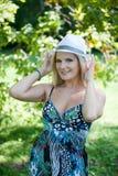 Mujer bonita joven del resorte en un bosque verde Imagenes de archivo
