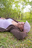 Mujer bonita joven en bosque Foto de archivo