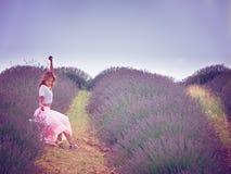 Mujer bonita joven en campo de la lavanda Fotografía de archivo
