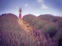 Mujer bonita joven en campo de la lavanda Fotos de archivo