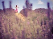 Mujer bonita joven en campo de la lavanda Foto de archivo libre de regalías