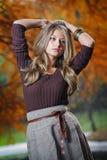 Mujer bonita joven en el parque del otoño Fotos de archivo