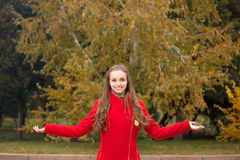 Mujer bonita joven en el parque del otoño Fotografía de archivo