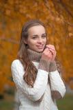 Mujer bonita joven en el parque del otoño foto de archivo libre de regalías