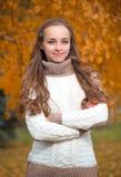 Mujer bonita joven en el parque del otoño fotografía de archivo libre de regalías