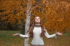 Mujer bonita joven en el parque del otoño Foto de archivo