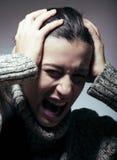 Mujer bonita joven en el problema, gritando en cierre de la pena encima del invierno deprimido Imagenes de archivo