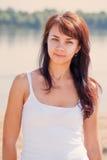 Mujer bonita joven en la playa Fotos de archivo