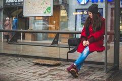 Mujer bonita joven en parada de autobús fotografía de archivo