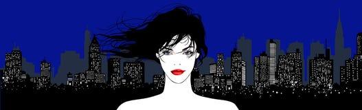 Mujer bonita joven en un fondo urbano Imágenes de archivo libres de regalías